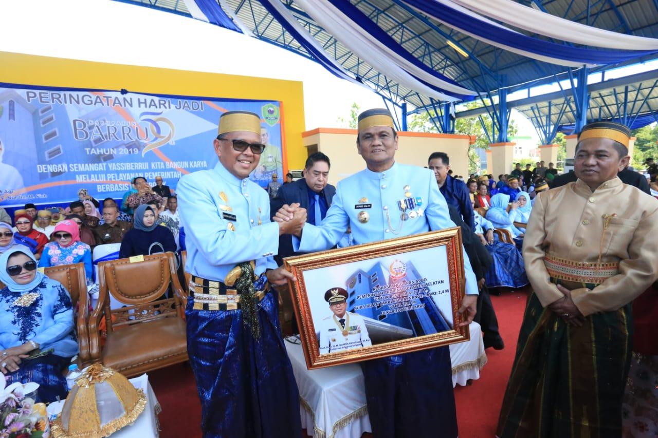 HUT ke-59, Gubernur Serahkan Rp29,9 Miliar Untuk Barru