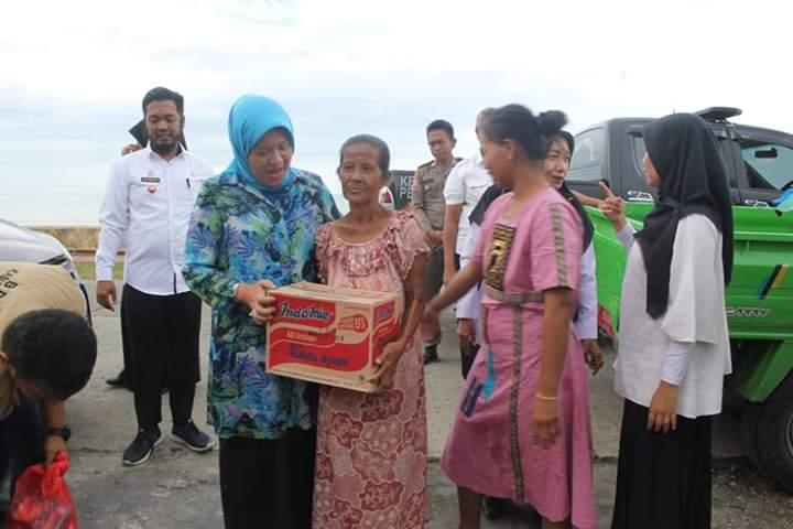 Ketua TP PPK Berikan Bantuan Kepada Korban Angin Puting Beliung