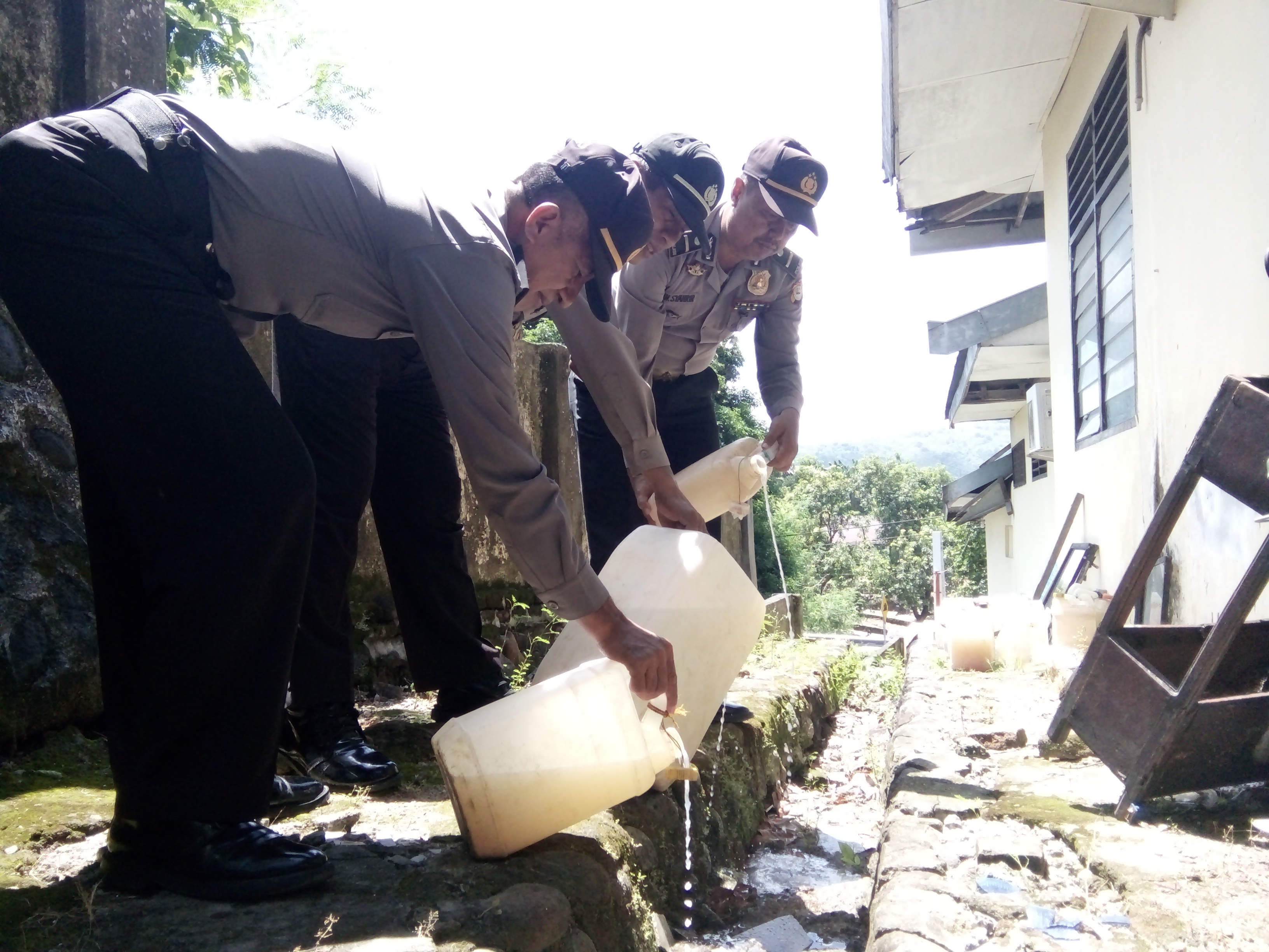 Polsek Bacukiki Parepare Musnahkan Ratusan Liter Ballo