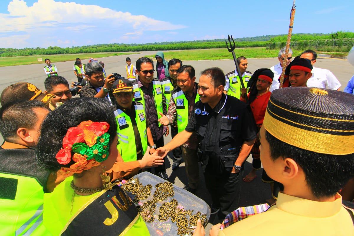 Menpanpar Dijemput dan di Sambut Secara Adat di Bandara H. Aroeppala Selayar