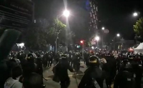 Bentrok Kembali Terjadi, Polisi Tembakan Gas Air Mata