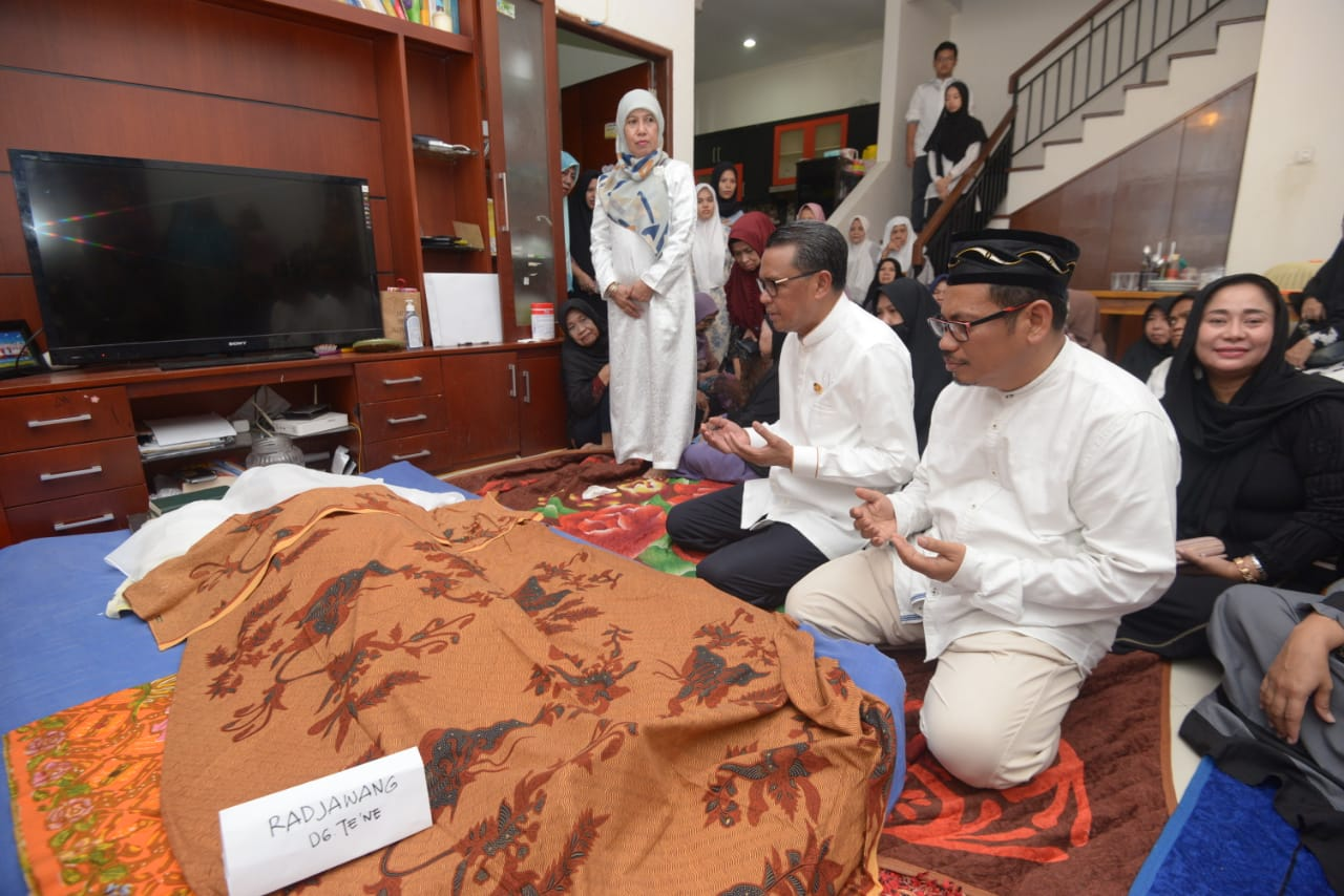 Gubernur Nurdin Abdullah Melayat di Rumah Duka Almarhumah Ibu Ariady Arsal