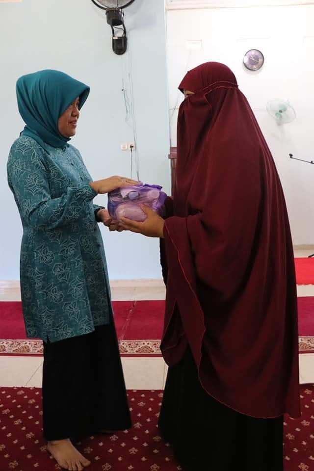 Hasnah Syam, Serahkan Bantuan Sembako di Masjid Kurir Langit dan Sekolah Islam