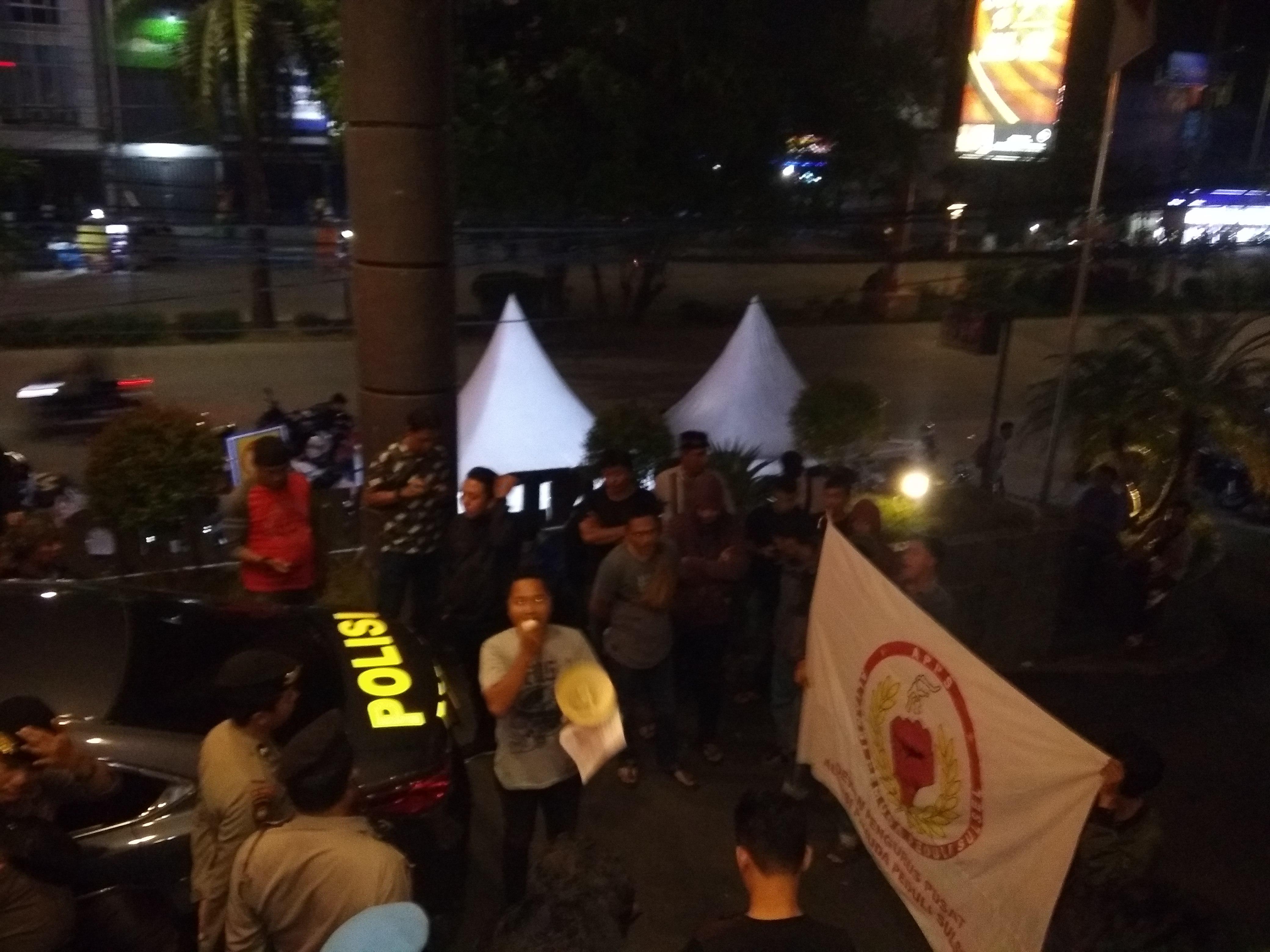 Indikasi Kecurangan Loloskan Rahman Pina, Pendemo Kepung Lokasi Rekapitulasi KPU Makassar