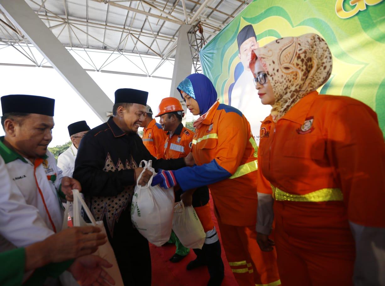 PJ Wali Kota Iqbal Menangis di Hadapan Ratusan Satgas Kebersihan