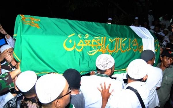 Ribuan Pelayat Antarkan Jenazah Ustadz Arifin Ilham di Pemakaman