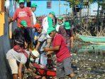 Anggota Koramil 1408/02 dan Warga Kecamatan Tallo Kerja Sama Bersihkan Kawasan Pantai Marbo