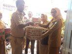 Camat Makassar Memberi Bantuan Pada Korban Kebakaran