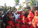Ribuan Pengguna Jalan Acungkan Jempol Ratusan Simpatisan Sadap Berpakaian Adat Saat Menuju Kantor PDIP Makassar