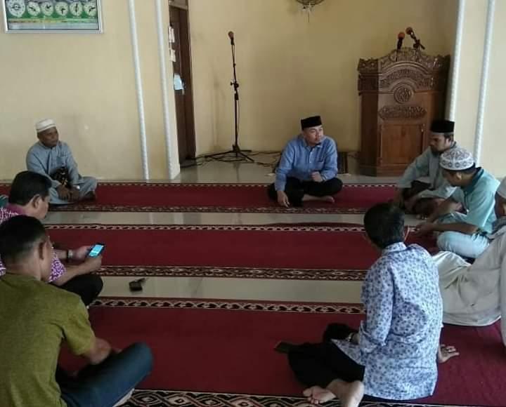 Giat Jumat Ibadah, Camat Tamalanrea Ikut Sholat Berjamaah dengan Para Staf