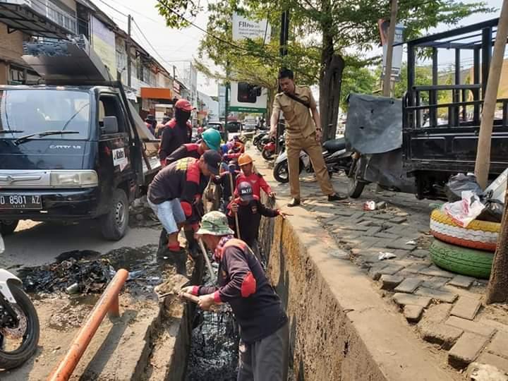 Guna Mengurangi Genangan di Wilayahnya, Camat Panakukan Rutin Lakukan Pembersihan Drainase