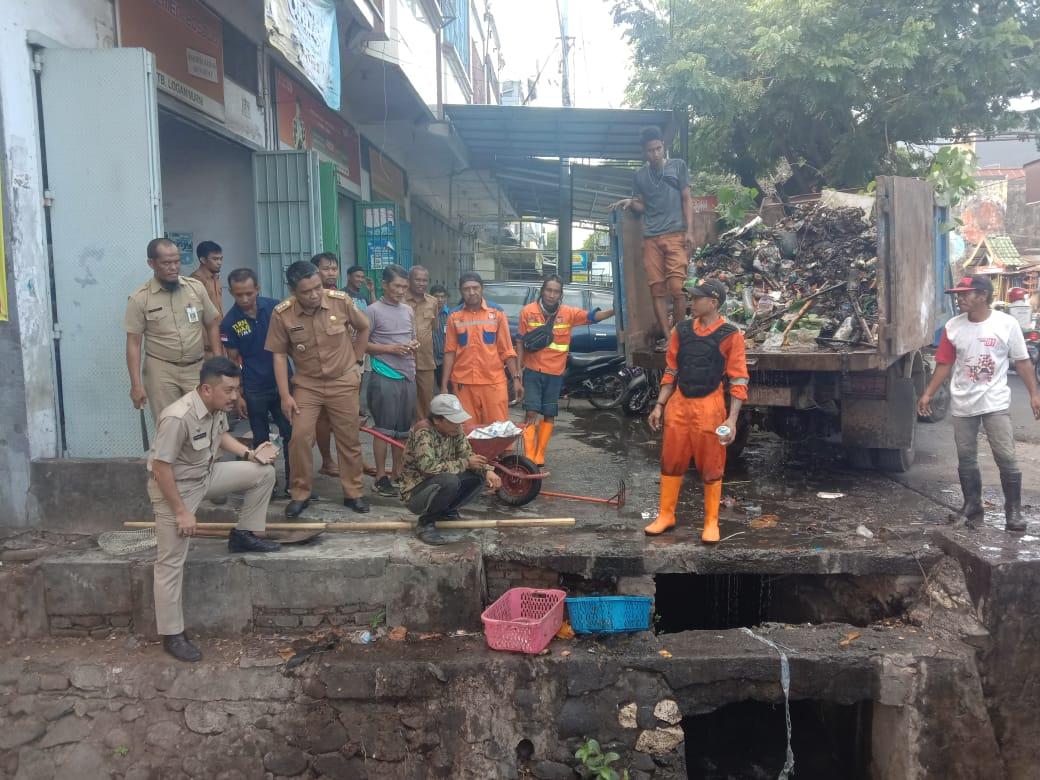 Antisipasi Banjir di Wilayahnya, Camat Mamajang Fadli Wellang Gelar Kegiatan Pembersihan Drainase