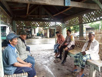 Melayat Sambil Ajak Warga Tetap Patuhi Himbauan Pemerintah
