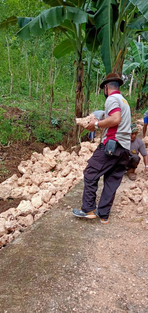 Bhabinkamtibmas Polsek Bonto Tiro Ikut Kerja Bakti Perbaiki Jalan