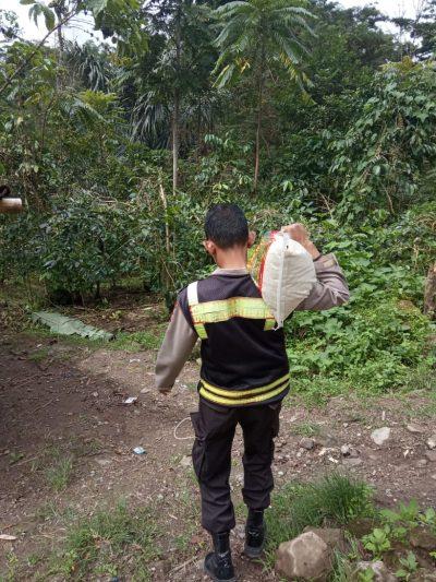 Bhabinkamtibmas Polsek Kindang Salurkan Bantuan Beras di daerah Terpencil