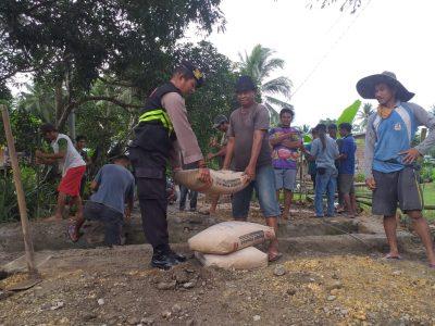 Aiptu Burhanuddin Kerja Bakti Bersama Warga Perbaiki Duiker