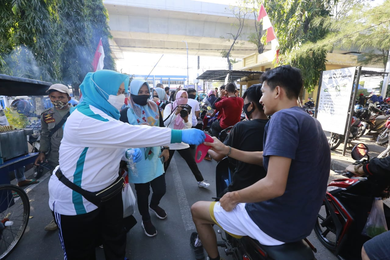 Cegah Covid 19, Ketua TP PKK Makassar Turun Langsung Bagikan 800 Masker