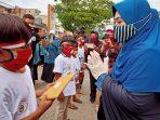 Kibarkan Bendera Hingga Beri Hadiah, Erna Rasyid Taufan Rayakan Hari Kemerdekaan Dengan Anak Anak Pasar
