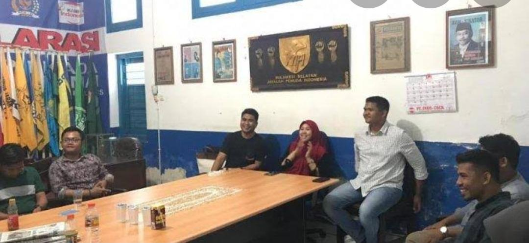 Massa Berseragam Loreng Segel Sekretariat KNPI Sulsel Versi Nurkanita Kahfi