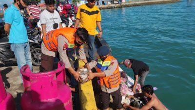 SAR Brimob Bone Bantu Evakuasi Kapal yang Terbakar di Pelabuhan Bajoe